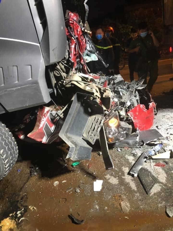 Chiếc ô tô con biến dạng hoàn toàn sau vụ tai nạn