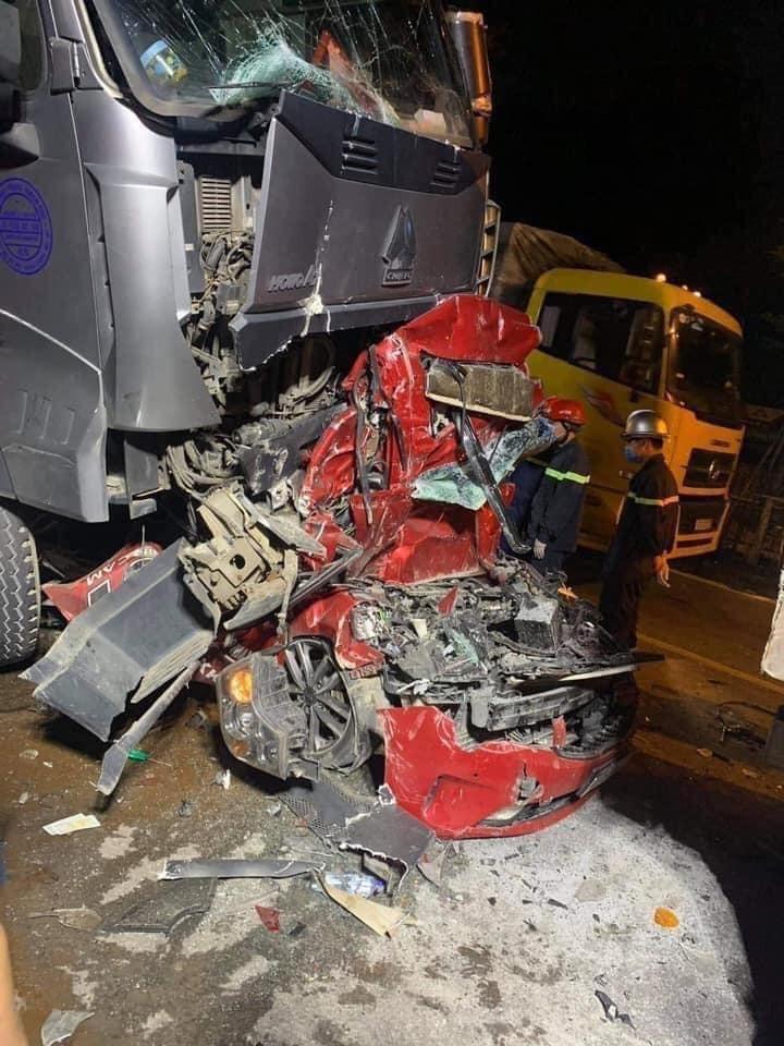 Chiếc xe container bị vỡ đầu xe