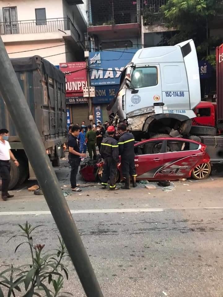 Vụ tai nạn đã khiến 3 người ngồi trên chiếc ô tô con tử vong tại chỗ