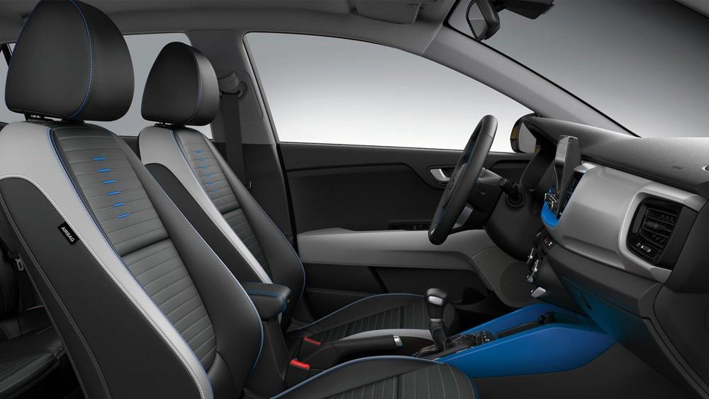 Bên trong xe có những chi tiết được sơn màu tông tuyệt tông với ngoại thất