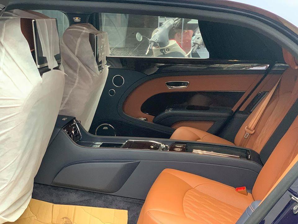 Còn đây là khoang hành khách của xe. Ghế ngồi bọc da màu nâu cùng với đó là màu xanh và gỗ ốp