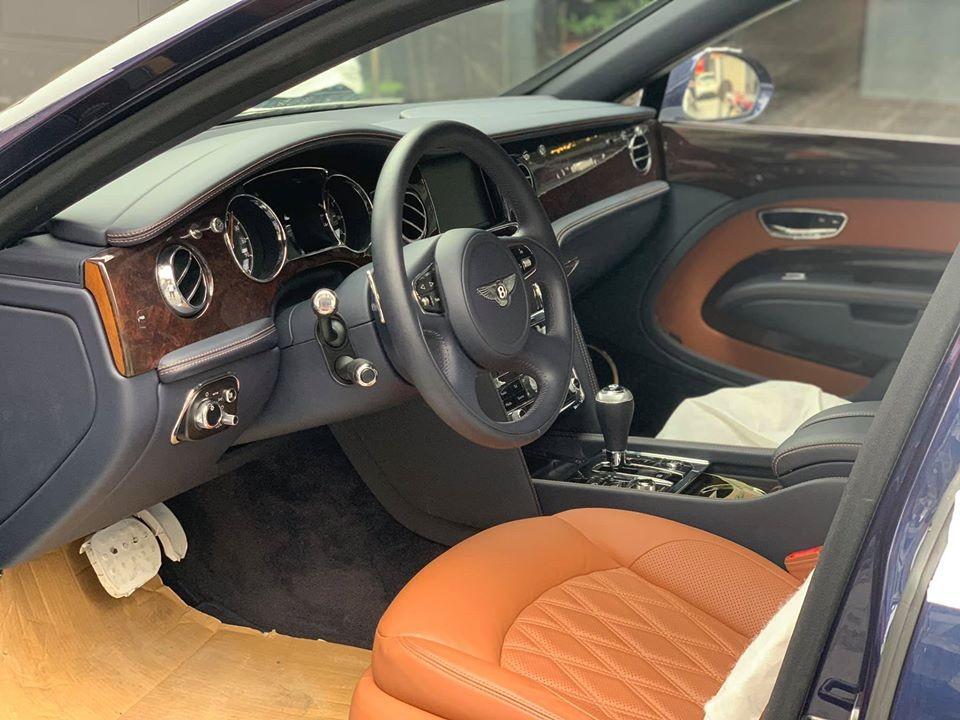 Cận cảnh khoang lái của chiếc xe siêu sang Bentley Mulsanne EWB có màu sơn màu xanh Light Sapphire độc nhất Việt Nam