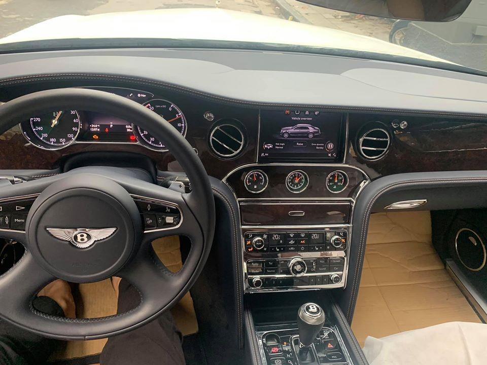 Bảng điều khiển trung tâm của Bentley Mulsanne EWB có màu sơn màu xanh Light Sapphire độc nhất Việt Nam