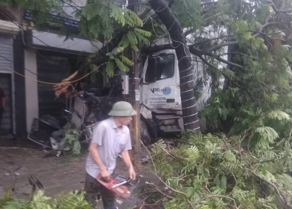 Một số cành cây xanh hư hỏng sau khi bị xe container tông vào