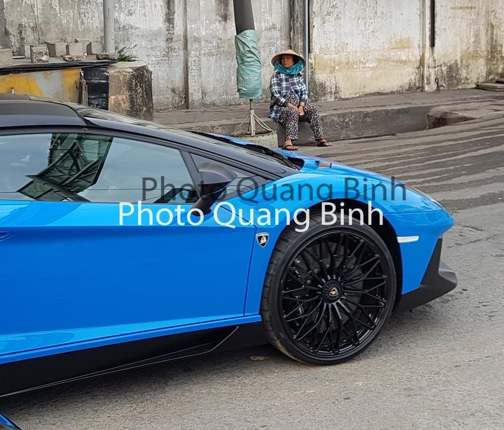 La-zăng 20 inch đa chấu kép trên bánh xe trước của Lamborghini Aventador SV mui trần