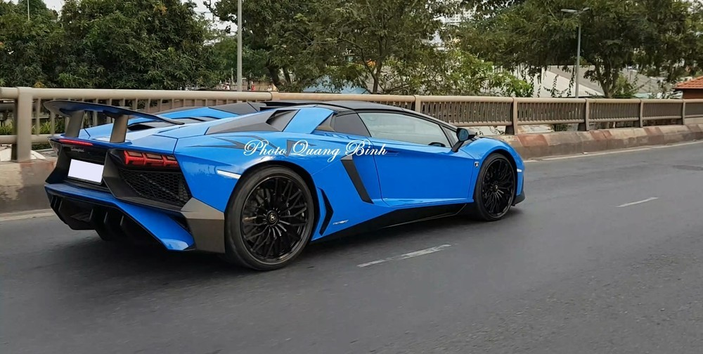 Siêu xe mui trần Lamborghini Aventador LP750-4 SuperVeloce nhìn từ phía sau