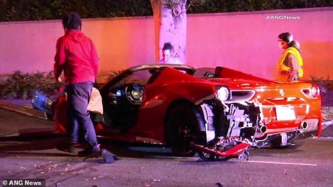 Chiếc siêu xe mui trần bị hỏng khá nặng sau vụ tai nạn