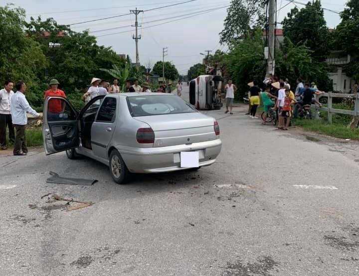 Rất đông người dân đứng theo dõi vụ va chạm giao thông này