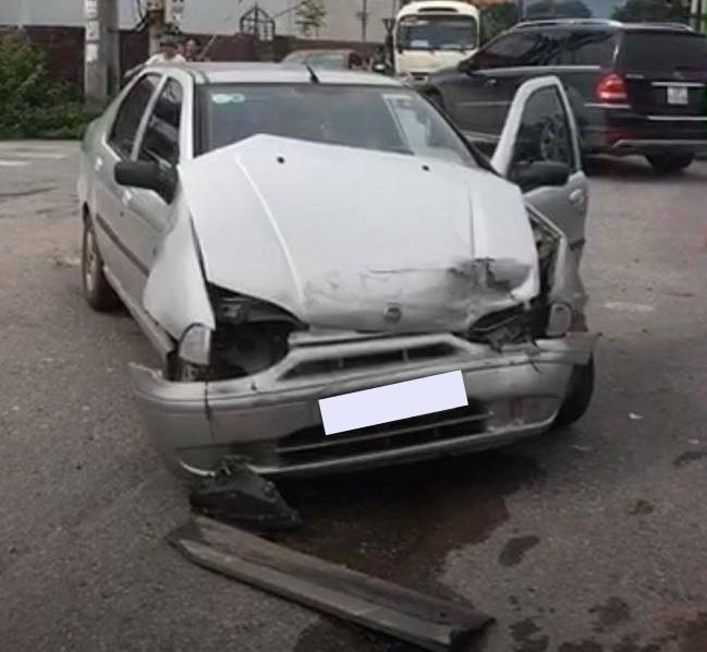 Thiệt hại của chiếc xe ô tô 4 chỗ ngồi sau khi tông vào xe Hyundai Santa Fe màu trắng