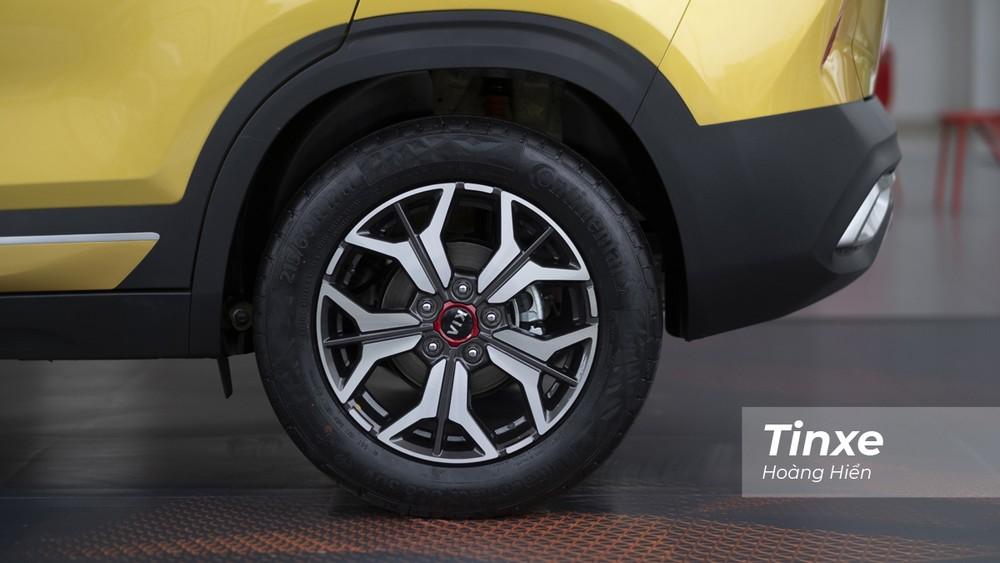 KIA Seltos được trang bị bộ lốp kích thước 215/60-R17 cùng với bộ vành hợp kim 5 chấu tạo hình chữ Y.