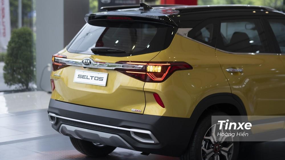 Phần đuôi xe của KIA Seltos có thiết kế cá tính với nhiều đường nét dập nổi tạo ấn tượng tốt. Thêm vào đó là cụm đèn hậu LED cũng đồng điệu với tổng quan thiết kế đuôi xe.