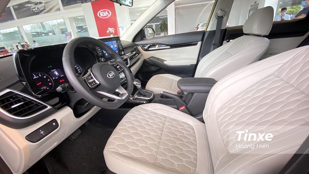 KIA Seltos có nội thất bọc da với ghế được thiết kế lỗ thoát khí mang lại cảm giác thoải mái cho người ngồi trên xe khi đi đường dài.