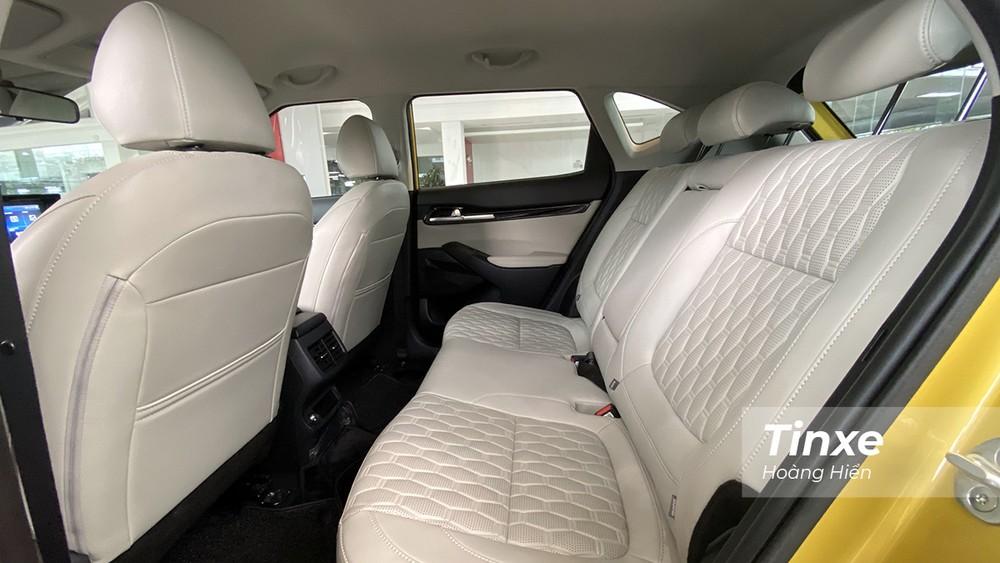 Hàng ghế thứ 2 của KIA Seltos có thể điều chỉnh được độ ngả ở hai cấp độ cùng với khoảng không gian đủ thoáng cho người ngồi 1m75.