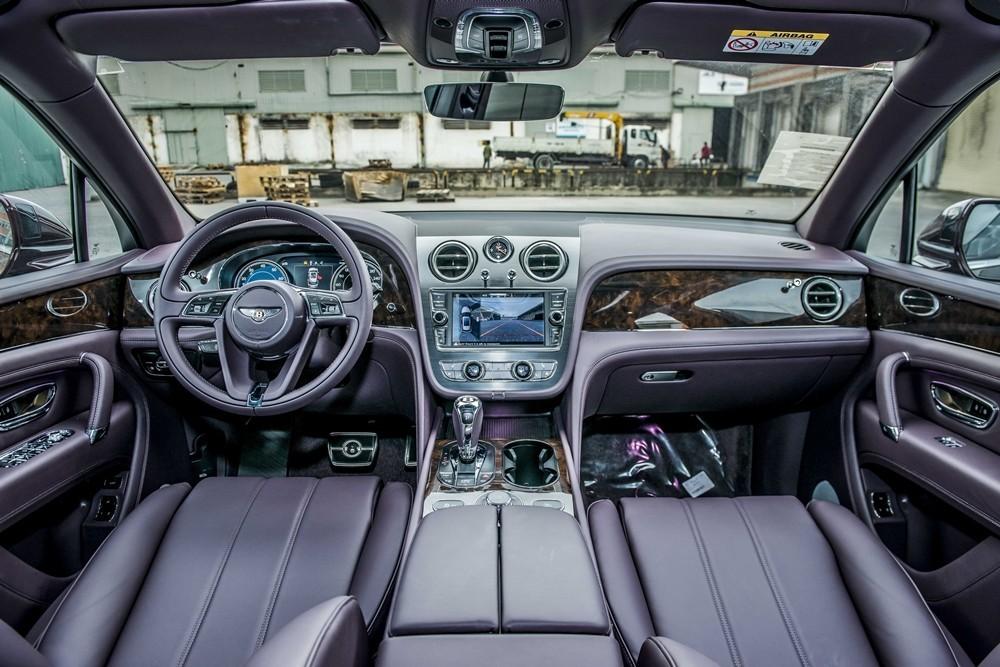 Nội thất của một chiếc xe Bentley Bentayga phiên bản V8 tại Việt Nam