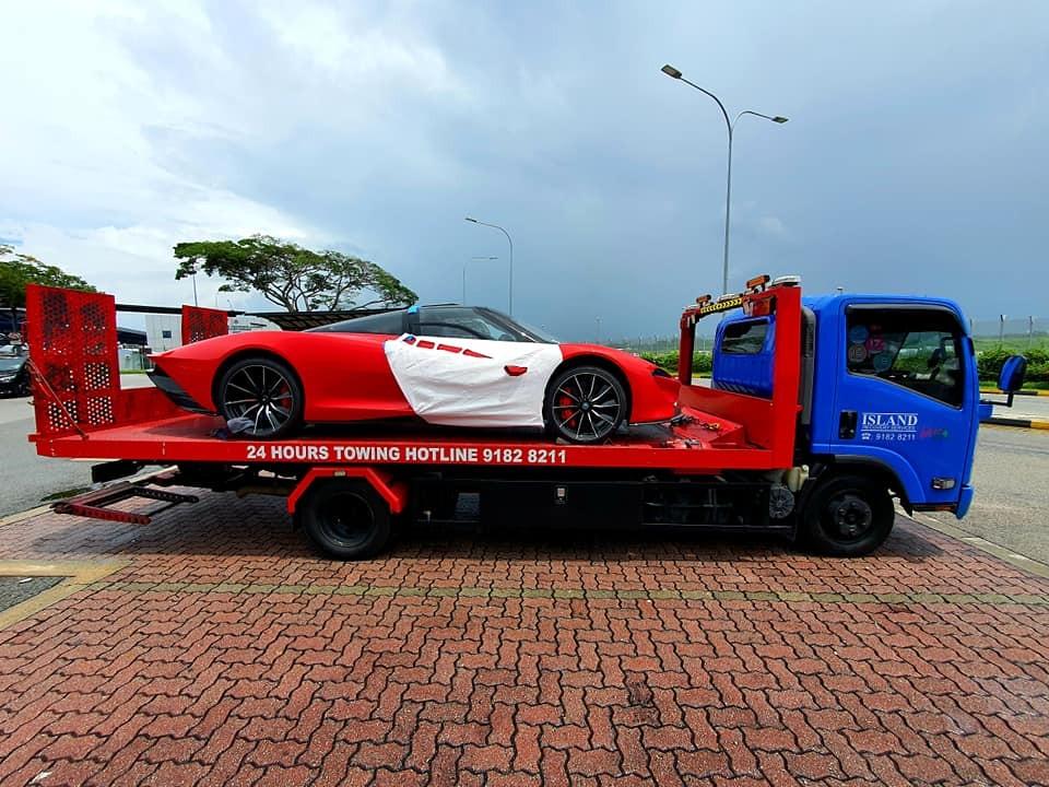 McLaren Speedtail nằm trên một xe cứu hộ có thùng xe sơn tông xuyệt tông với màu ngoại thất của xe