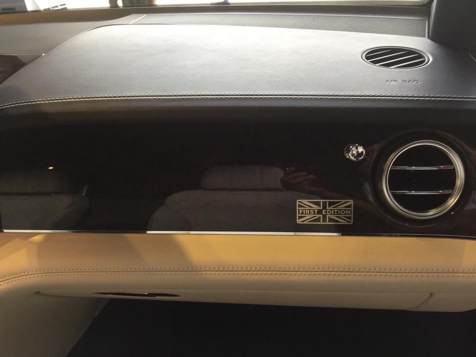 Logo cờ Anh Union Jack cùng dòng chữ First Edition ở trên bảng táp-lô của Bentley Bentayga phiên bản giới hạn 608 chiếc trên toàn thế giới