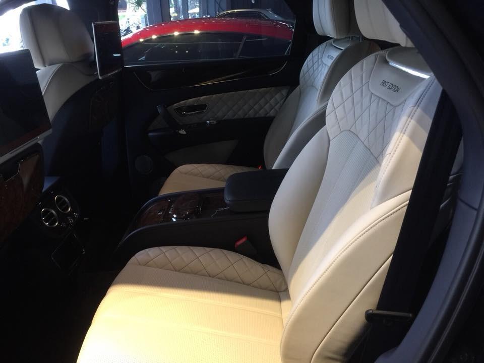 Nội thất của một chiếc SUV siêu sang Bentley Bentayga First Edition tại Việt Nam