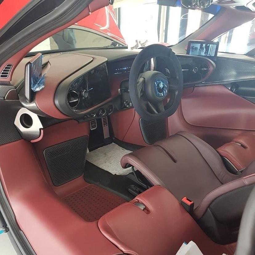 Nội thất 3 chỗ ngồi trên siêu xe McLaren Speedtail ở Singapore có màu đỏ