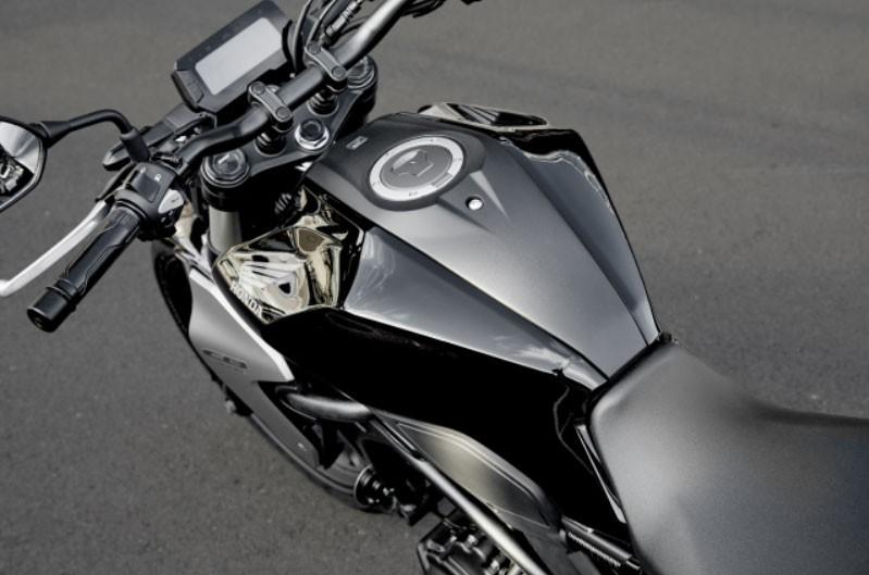 Bình xăng Honda CB300R 2020 đầy vẻ cơ bắp