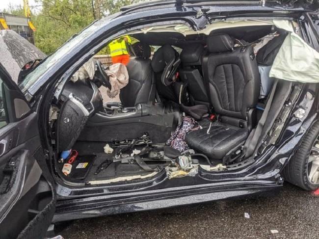 Lính cứu hỏa phải cắt chiếc BMW 3-Series để cứu người bị mắc kẹt ra ngoài