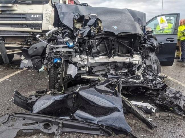 Chiếc BMW 3-Series bị hỏng nặng như thế này nhưng người ngồi bên trong chỉ bị thương nhẹ