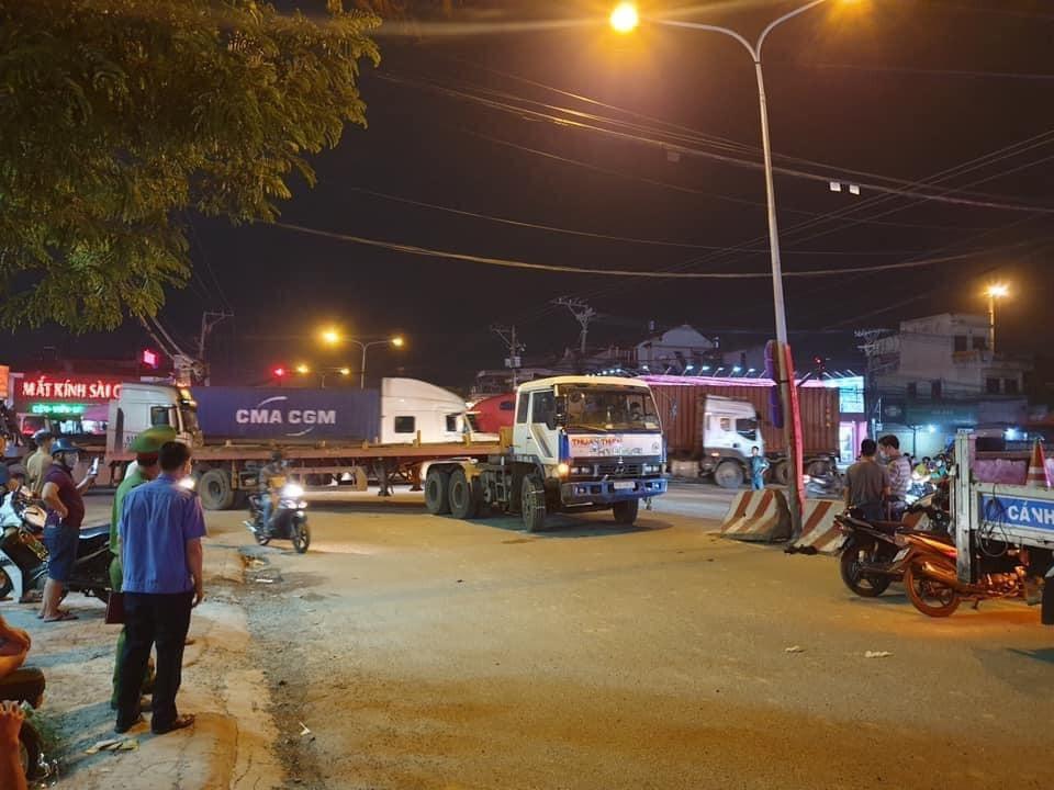 Hiện trường vụ tai nạn xe container ôm cua tông vào xe đạp khiến 3 mẹ con bán vé số thương vong
