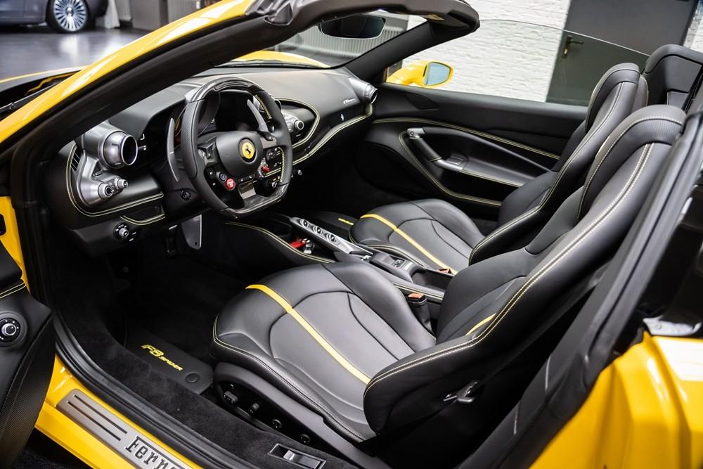 Xe có ghế ngồi bọc da cao cấp màu đen cùng một đường sọc màu vàng chạy giữa lưng ghế ngồi, các đường chỉ khâu ở ghế ngồi cũng hoàn thành màu vàng. Bên cạnh đó, thảm lót sàn với logo F8 Spider, các đường chỉ may ở vô-lăng, bảng điều khiển trung tâm hoàn thành màu vàng tông xuyệt tông ngoại thất.