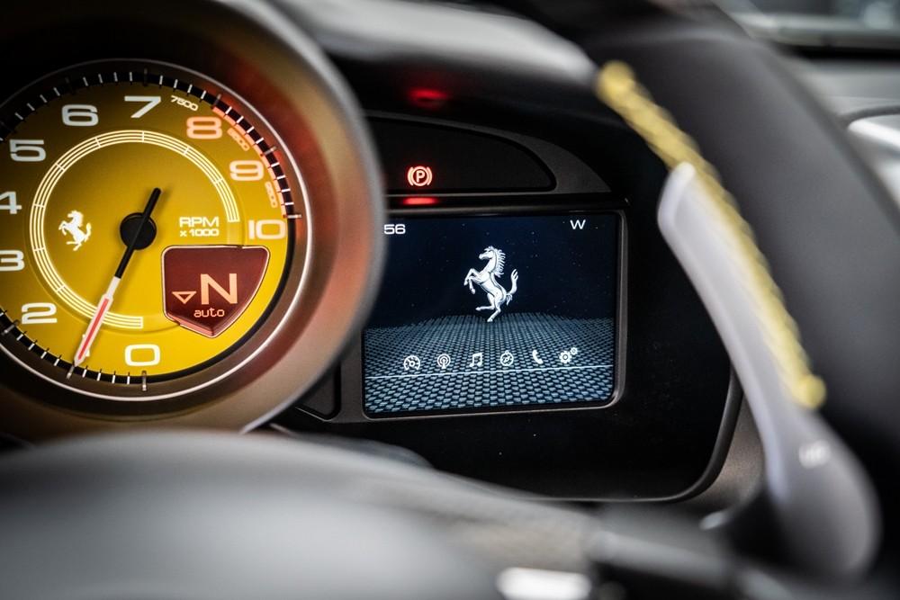 Siêu xe mui trần Ferrari F8 Spider đầu tiên được mang về Việt Nam được trang bị động cơ V8, dung tích 3.9 lít, tăng áp kép, tạo ra công suất tối đa 711 mã lực và mô-men cực đại 770 Nm. Các thông số này tương đương với Ferrari 488 Pista Spider.