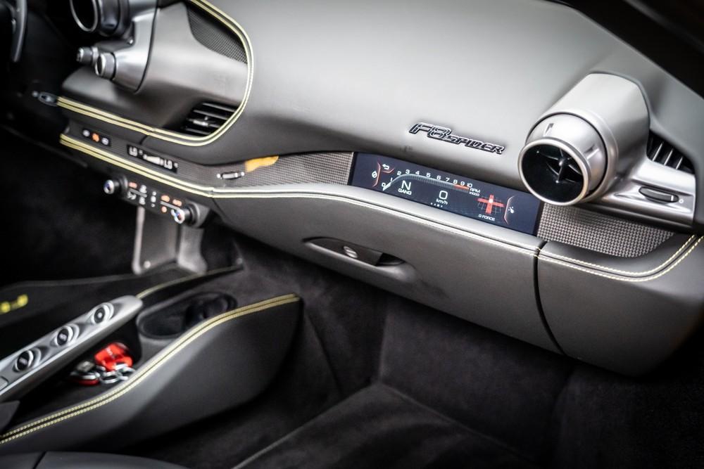 Trước mặt ghế phụ còn có một màn hình nhỏ thể hiện một số thông tin của xe được tích hợp trên bảng táp-lô của xe. Viền 2 bên bảng đồng hồ này là sợi carbon, và trên đỉnh là logo F8 Spider.