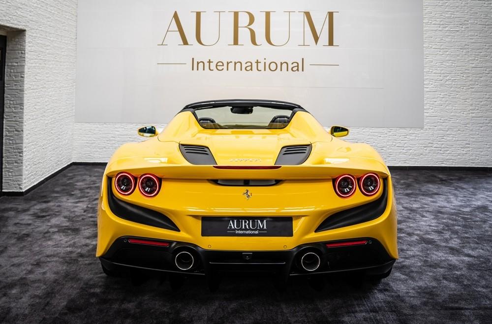 Cận cảnh vẻ đẹp của chiếc siêu xe Ferrari F8 Spider nhìn từ đuôi xe.