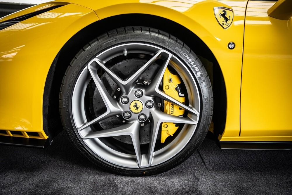 Đối thủ chính của siêu xe mui trần Ferrari F8 Spider sẽ là McLaren 720S Spider hay Lamborghini Huracan EVO Spyder. Hiện chỉ có duy nhất Lamborghini Huracan EVO Spyder là chưa về Việt Nam, còn McLaren 720S Spider đã có số lượng lên đến 6 chiếc và ước tính con số này sẽ tăng lên hơn 8 chiếc đến cuối năm nay.