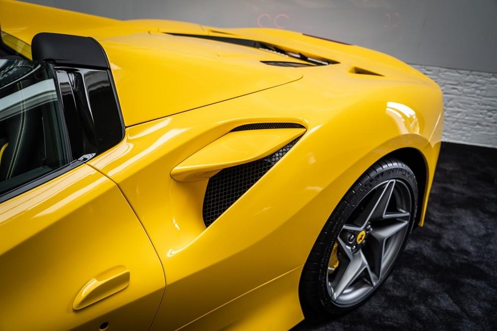 Việc thêm vào phần mui xếp cứng khiến chiếc siêu xe mui trần Ferrari F8 Spider nặng hơn biến thể mui cứng là Ferrari F8 Tributo khoảng 70 kg. Tuy nhiên, Ferrari F8 Spider vẫn nhẹ hơn người tiền nhiệm là Ferrari 488 Spider đến tận 20 kg.