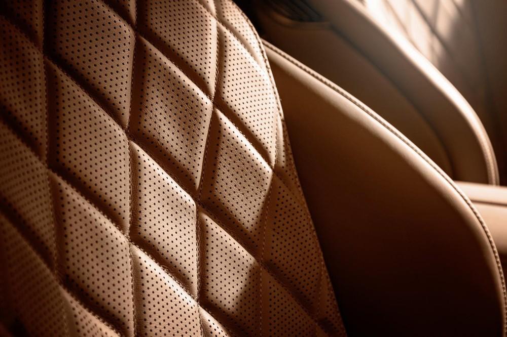 Ghế của xe được bọc da và khâu hình quả trám