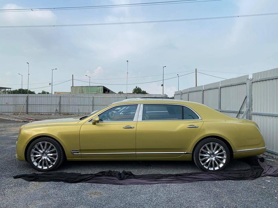 1 trong 2 chiếc xe siêu sang Bentley Mulsanne EWB mang màu vàng Julep đang có mặt tại Việt Nam