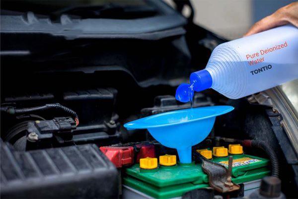 châm nước cho ắc quy xe