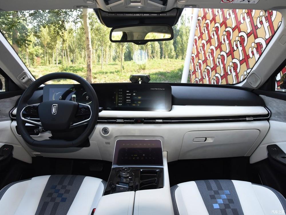 Bố cục nội thất củaSUV Bestune 01 tỏ chất công nghệ với màn hình đôi lớn, nổi bật trên mặt táp lô