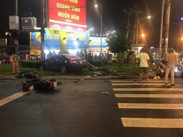 Hiện trường vụ tai nạn xe Toyota Camry tông 8 xe máy tại quận Bình Thạnh vào tối qua