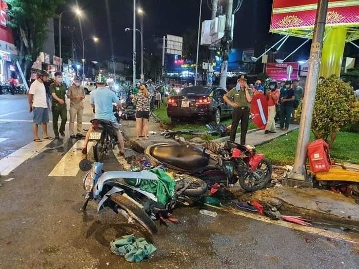 Người dân đứng xem vụ tai nạn