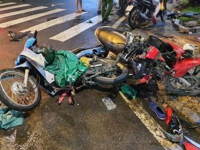 Hàng loạt xe máy bị xe Toyota Camry tông trúng hư hỏng nghiêm trọng