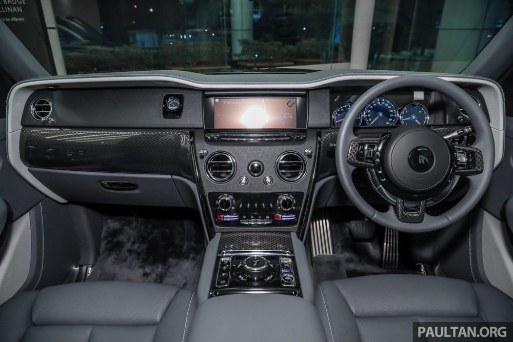 Toàn bộ khoang lái của SUV siêu sang Rolls-Royce Cullinan Black Badge chính hãng đầu tiên đến Malaysia.