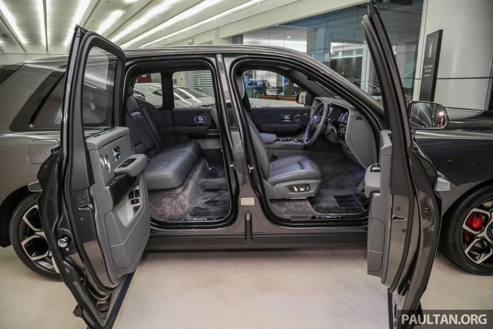 Nội thất của chiếc SUV siêu sang Rolls-Royce Cullinan Black Badge chính hãng đầu tiên đến Malaysia cũng sử dụng tông màu tối làm bộ áo chủ đạo.