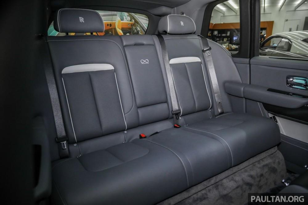 Điểm khác biệt của SUV siêu sang Rolls-Royce Cullinan phiên bản Black Badge so với bản tiêu chuẩn chính là logo vô cực xuất hiện ở giữa 2 ghế ngồi phía sau.