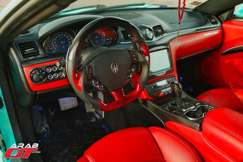 Nội thất xe đã được nâng cấp với nhiều chi tiết bằng sợi carbon