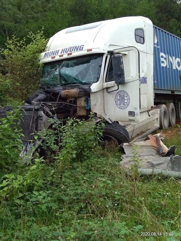 Chiếc xe container bị hư hỏng nặng phần đầu xe