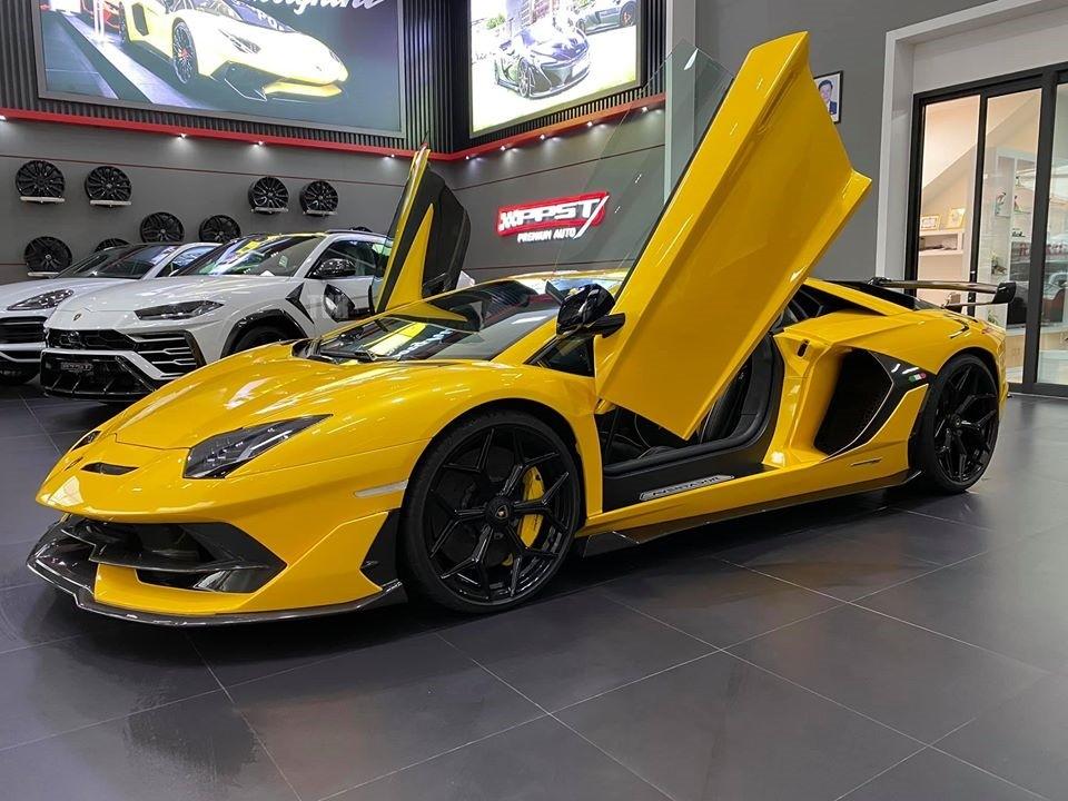 Chiếc siêu xe Lamborghini Aventador SVJ đầu tiên đến Lào được một công ty nhập xe có tiếng ở đây mang về nước. Bên cạnh chiếc Lamborghini Aventador SVJ còn có Lamborghini Urus.