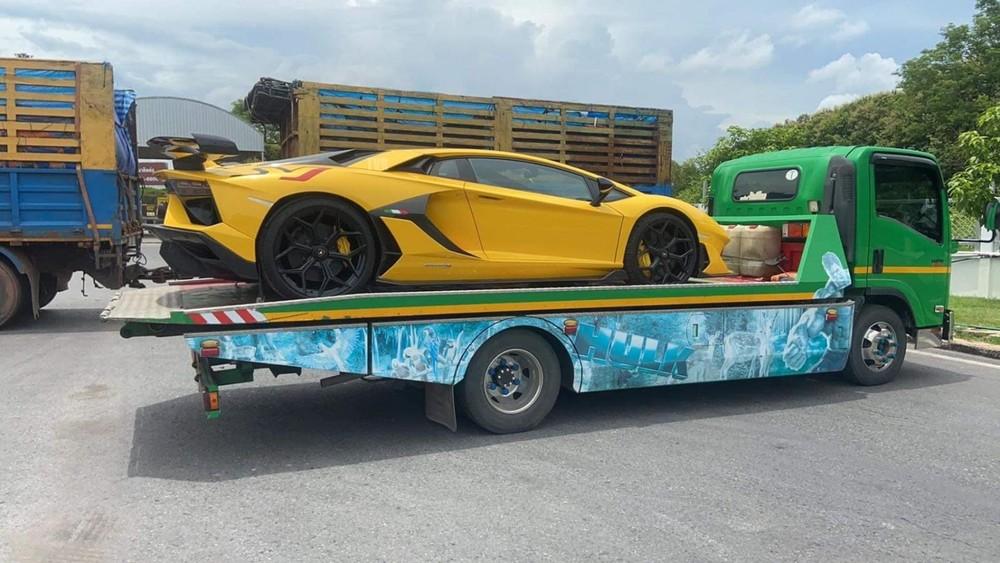 Hình ảnh siêu phẩm Lamborghini Aventador SVJ đầu tiên cập bến Lào nằm trên xe chuyên dụng được chia sẻ gần đây