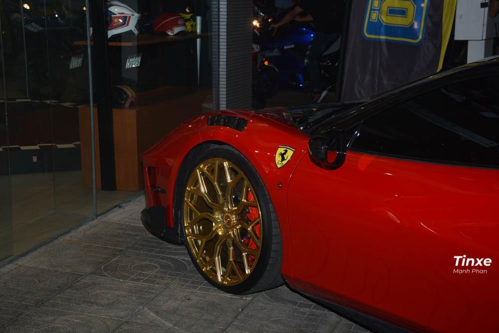 Một thú vị là cả 2 bản độ Siracusa 4XX của Mansory và FPlus Corsa của Pogea Racing đều có thông nòng lại động cơ. Nhưng chiếc siêu xe Ferrari 488 GTB màu đỏ khi kết hợp độ body kit của 2 phù thuỷ này đã bỏ qua việc độ lại động cơ. Thay vào đó, chủ nhân của xe chỉ nâng cấp lại hệ thống ống xả mới của IPE hứa hẹn sẽ mang đến âm thanh ấn tượng hơn so với hệ thống ống xả tiêu chuẩn của Ferrari 488 GTB.