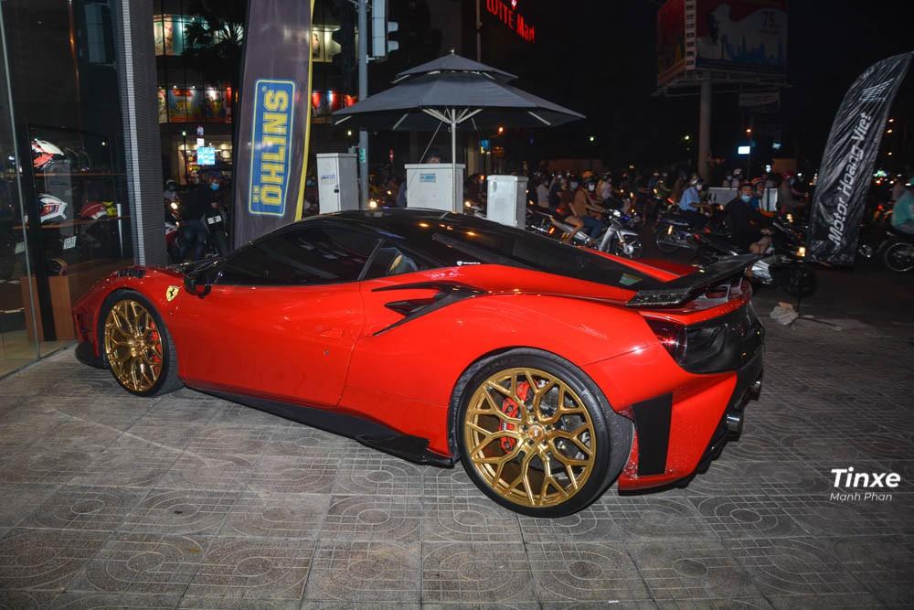 Thực tế, Pogea Racing đã trình làng bản độ Ferrari 488 GTB vào tháng 4 đầu năm 2018 với tên gọi FPlus Corsa bao gồm nâng cấp ngoại hình với body kit bằng sợi carbon, mâm độ lên đến 21 inch và động cơ được thông nòng công suất lên đến 820 mã lực, tăng 159 mã lực so với bản tiêu chuẩn. Gói độ này cũng được giới hạn 20 chiếc Ferrari 488 GTB trên toàn thế giới.