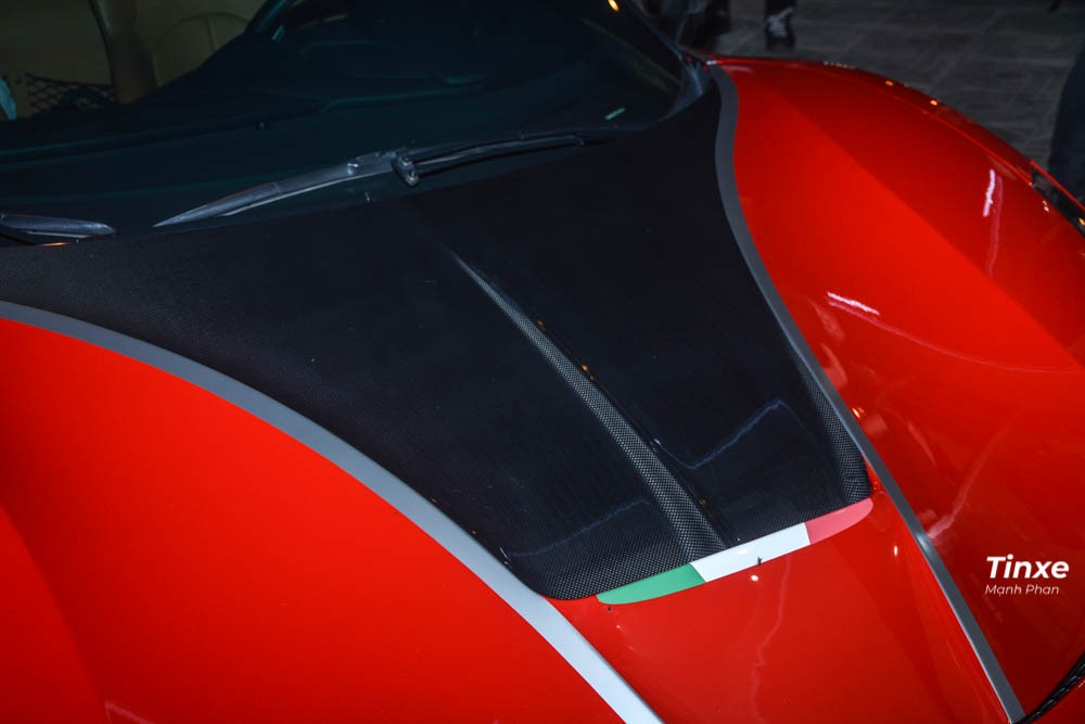 Tiếp đến là nắp capô mới thiết kế cá tính với một điểm nhấn là hốc gió mới bằng carbon gần kính chắn gió phía trước cùng đường gân nổi rất đẹp mắt. Ngay phía dưới là Quốc kỳ Ý.