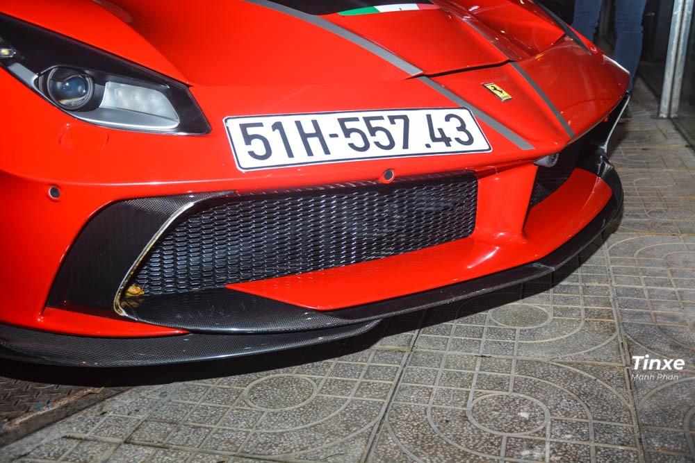 Nhìn từ phía trực diện đầu xe Ferrari 488 GTB màu đỏ tại Sài thành, nhiều người có thể lầm tưởng đây là 1 bản độ hoàn chỉnh Siracusa 4XX đến từ Mansory. Ở diện mạo mặt tiền, hãng độ đến từ Đức mang đến cho xe cản va trước mở rộng và trang bị thêm một cánh lướt gió cỡ lớn bằng sợi carbon hầm hố cùng các tấm ốp hốc gió cũng bằng sợi carbon.